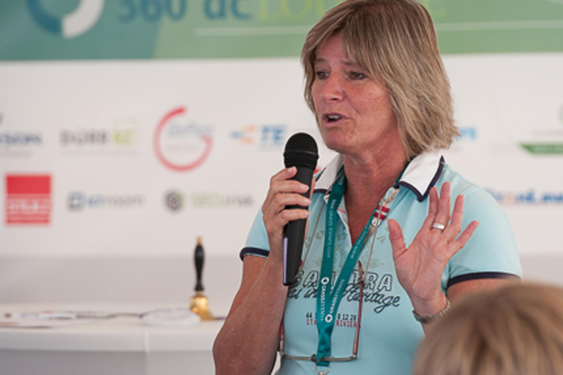 Karin Steinhage mit Mikrophon