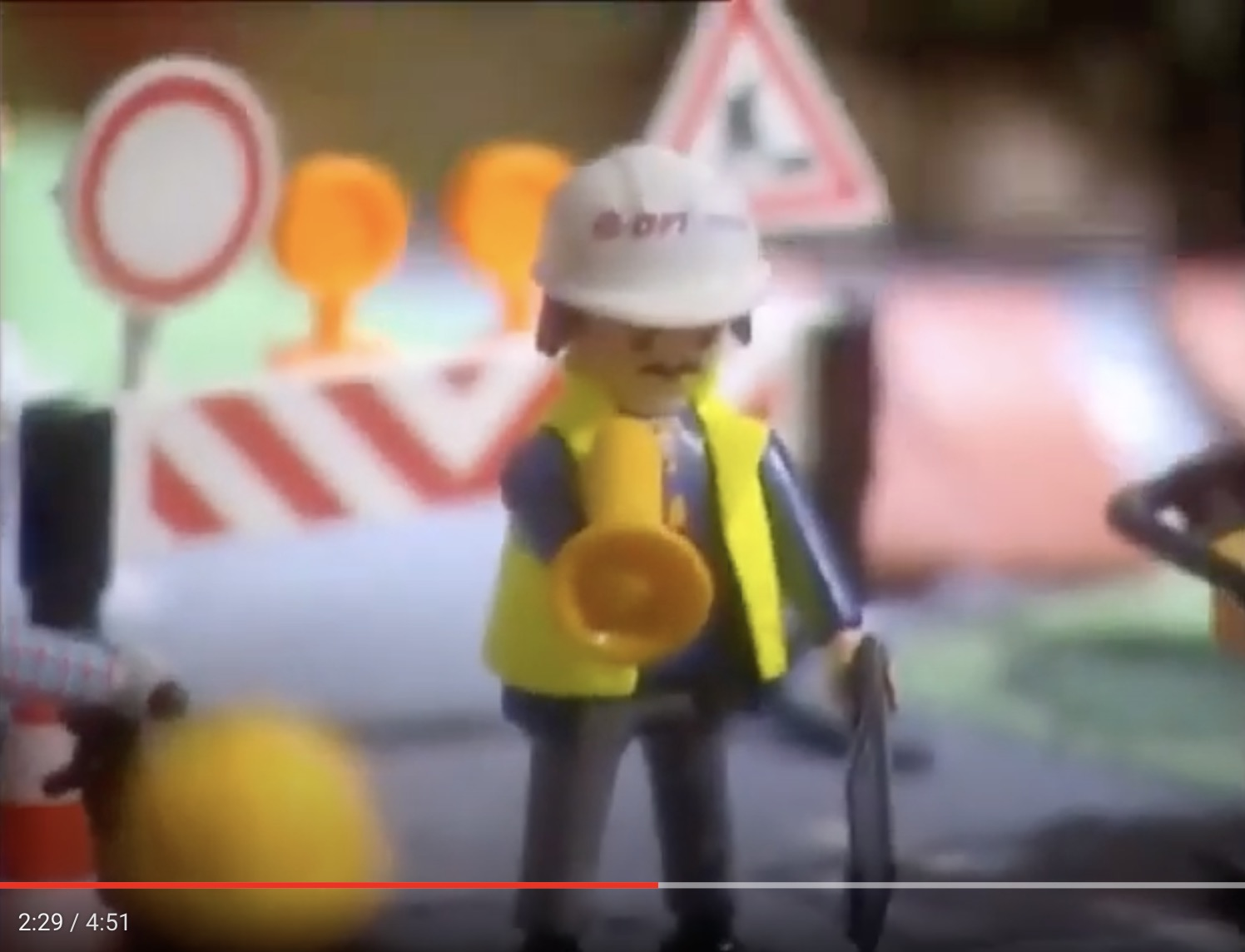 E.ON Spielfigur in Baustellenlandschaft