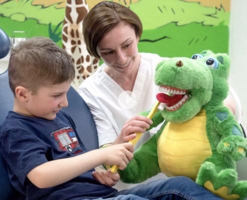 Junge probe Zähneputzen mit Spielzeugkrokodil